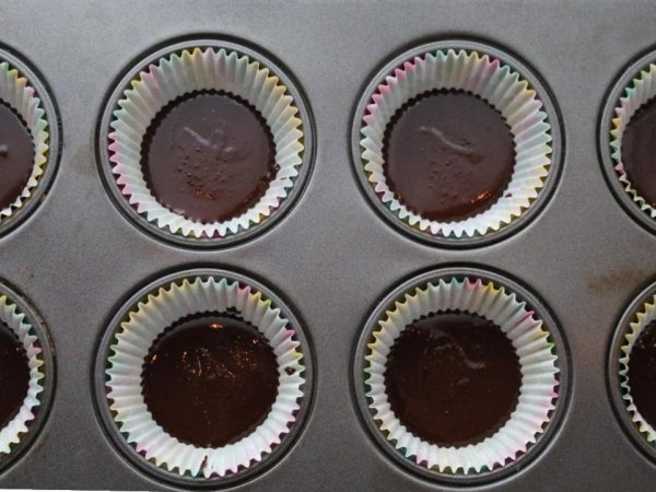 Bottom layer of chocolate in paper cups